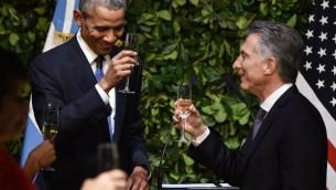 الرئيس الأرجنتيني ماوريسيو ماكري والرئيس الأمريكي باراك أوباما  خلال مأدبة عشاء في مركز كيرشنر الثقافي في بونيس آيرس في 23 مارس، 2016. ( AFP PHOTO / NICHOLAS KAMM / AFP / NICHOLAS KAMM)