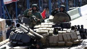 جنود إيرانيون داخل دبابة خلال المسيرة العسكرية السنوية في ذكرى حرب ايران مع العراق في طهران، 22 سبتمبر 2014 (Behrouz Mehri/AFP)
