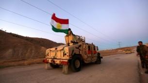 القوات الكردية العراقية تشارك في عملية مدعومة بغارت جوية أمريكية في بلدة سنجار الشمالية في 12 نوفمبر، 2015، لإستعادة البلدة من تنظيم 'الدولة الإسلامية' وقطع خط إمدادات رئيسي لسوريا. (AFP PHOTO/SAFIN HAMED)