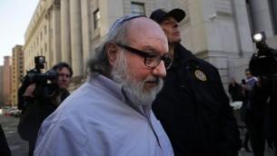 جوناثان بولارد، الأمريكي المدان بالتجسس لصالح إسرائيل، يغادر مبنى المحكمة في نيويورك بعد إطلاق سراحه بعد 30 عاما، 20 نوفمبر، 2015 في نيويورك. (Spencer Platt/Getty Images/AFP)