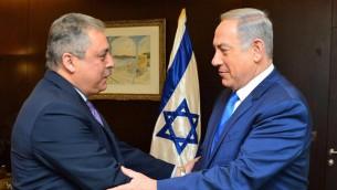رئيس الوزراء بنيامين نتنياهو يرحب بالسفير المصري الجديد الى اسرائيل حازم خيرت في القدس، 29 فبراير 2016 (Prime Ministers Office)