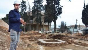 مدير أعمال الحفر، أليكس ويغمان، يقف إلى جانب مخمرة أثرية تم اكتشافها في قاعدة شنلر العسكرية السابقة في القدس. (سلطة الآثار الإسرائيلية)