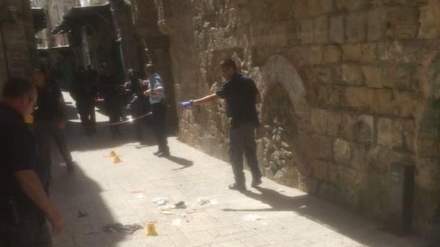 الشرطة تغلق موقع في البلدة القديمة في القدس حاولت امرأة عربية طعن مجموعة شرطة حدود فيه، 8 مارس 2016 (Israel Police)