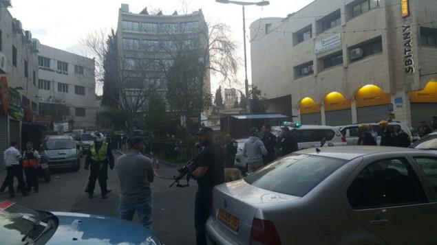 الشرطة تأخذ مواقعها في موقع هجوم إطلاق النار في شارع صلاح الدين في القدس، 8 مارس، 2016. (United Hatzalah)