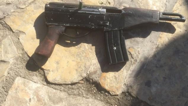 أحد أسلحة 'كارل غوستاف' التي تم استخدامها في الهجوم عند باب العامود بالقرب من البلدة القديمة بمدينة القدس، 3 فبراير، 2016. (الشرطة الإسرائيلية)