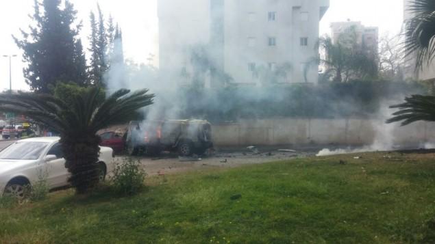 النيران تشتعل في مركبة من طراز 'هامر' بعد انفجار في داخلها شمال شرق تل أبيب، 13 مارس، 2016. (الشرطة الإسرائيلية)