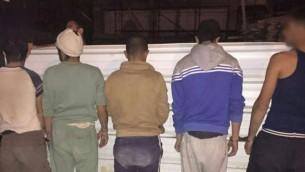 الشرطة الإسرائيلية تعتقل 22 فلسطينيا كانوا يقيمون في إسرائيل بصورة غير قانونية بالقرب من متنزه 'وادي بيسور' الوطني في 10 مارس، 2016. (الشرطة الإسرائيلية)