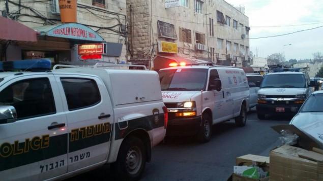 سيارات الإسعاف والشرطة تصل إلى موقع هجوم إطلاق النار في شارع صلاح الدين في القدس الثلاثاء، 8 مارس، 2016. (نجمة داوود الحمراء)
