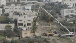 جنود اسرائيليون يغلقون منافذ منزل علائ ابو كمال، الذي نفذ هجوم دهس دام قبل اشهر، حي جبل المكبر في القدس، 4 يناير 2016 (Israel Police)