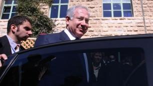 صورة توضيحية: رئيس الوزراء بنيامين نتنياهو يدخل سيارته بعد اجتماع في القدس (Kobi Gideon / FLASH90)