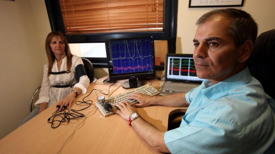 صورة توضيحية لتحقيق بمساعدة جهاز كاشف الكذب في 26 يونيو، 2011 في القدس. (Yossi Zamir/Flash 90)