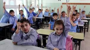 أطفال فلسطينيون خلال اليوم الأول في العام الدراسي في مدينة رام الله بالضفة الغربية، 4 سبتمبر، 2011. (Issam Rimawi/Flash90)