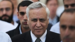 الرئيس السابق موشيه كتساف يخرج من المحكمة العليا في القدس في 10 نوفمبر، 2011، بعد أن أيدت بالإجماع قرار المحكمة المركزية في تل أبيب بإدانته بالإغتصاب. (Kobi Gideon/Flash90)