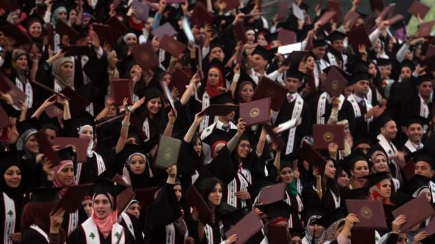 طلاب فلسطينيون خلال حفل تخرجهم في جامعة بير زيت، 18 مايو، 2012. (Issam Rimawi/Flash90)