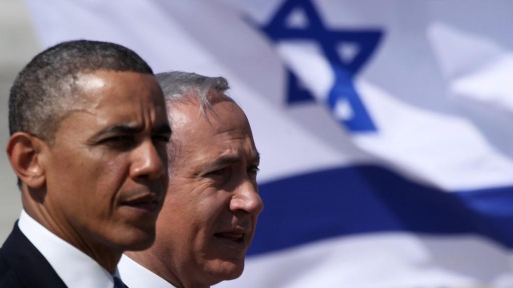 الرئيس الأمريكي باراك اوباما ورئيس الوزراء الإسرائيلي بنيامين نتنياهو خلال حفل استقبال للرئيس الامريكي في مطار بن غوريون، 20 مارس 2013 (Marc Israel Sellem/Pool/Flash90)
