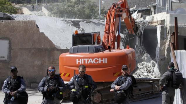 صورة توضيحية: قوات الأمن الإسرائيلية تقوم بالحراسة خلال تنفيذ هدم منزل تم بناؤه من دون تصريح في حي الطور في القدس الشرقية، 24 أبريل، 2013. (Sliman Khader/Flash90)