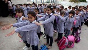 تلميذات فلسطينيات في اليوم الأول من العام الدراسي في مدينة رام الله بالضفة الغربية، 25 أغسطس، 2013. (Issam Rimawi/FLASH90)