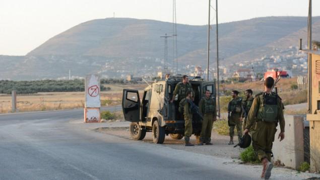 جنود يقومون بدورية بالقرب من نابلس في عام 2014. ( IDF Spokesperson/FLASH90)