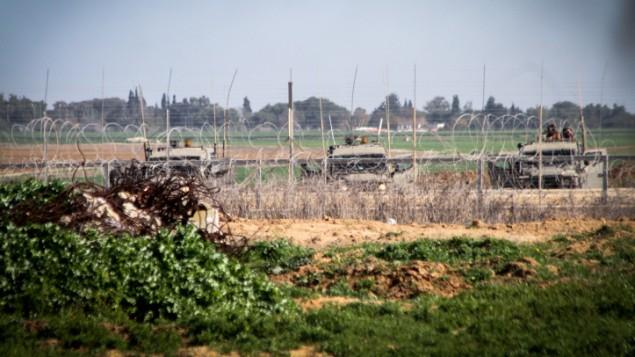 صورة توضيحية: قوات اسرائيلية بالقرب من السياج الحدودي بين اسرائيل وقطاع غزة (Abed Rahim Khatib/Flash90)
