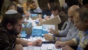 مسؤولون يقومون بعملية الفرز النهائية لأصوات الجنود وذوي الإحتياجات الخاصة، بعد يوم من الإنتخابات العامة، 18 مارس، 2015. (Miriam Alster/Flash90)