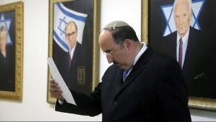 مدير عام وزارة الخارجية دوري غولد قبل الجلسة الاسبوعية للحكومة في القدس، 5 اغسطس 2015  (Marc Israel Sellem/Flash 90)