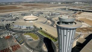 برج المراقبة في مطار بن غوريون الدولي (Moshe Shai/FLASH90)