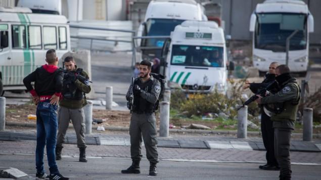 صورة توضيحية لعناصر أمن إسرائيليين يوقفون رجلا فلسطينيا عند مدخل مخيم شعفاط للاجئين في القدس الشرقية، 2 ديسمبر، 2015. (Hadas Parush/Flash90)