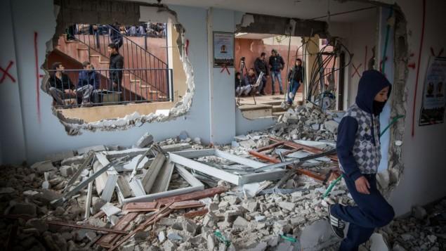 فلسطينيون يتفقدون الأضرار في منزل بهاء عليان، الذي قامت السلطات الإسرائيلية بهدمه في حي جبل المكبر في القدس الشرقية، ضمن الإجراء العقابي الذي تتبعه إسرائيل على هجمات ضد الإسرائيليين، 4 يناير، 2016. (Hadas Parush/Flash90)