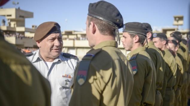 رئيس هيئة اركان الجيش الإسرائيلي غادي ايزنكوت خلال حفل تخريج لضباط عسكريين، 24 فبراير 2016 (IDF Spokesperson)