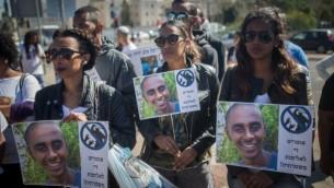عائلة وأصدقاء يوسف سلمسا في تظاهرة  إحتجاجية أمام المقر الرئيسي للشرطة في القدس، 1 مارس، 2016. (Yonatan Sindel/Flash90)