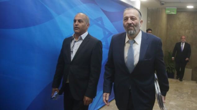 وزير الداخلية ارية درعي قبل جلسة الحكومة الاسبوعية في القدس، 6 مارس 2016 (Marc Israel Sellem/Pool)