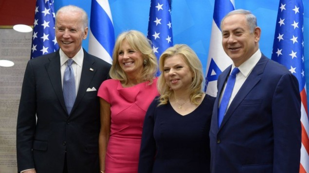 نائب الرئيس الاميركي جو بايدن، زوجته جيل، يلتقيان برئيس الوزراء الإسرائيلي بنيامين نتنياهو وزوجته سارا في القدس، 9 مارس 2016 (Amos Ben Gershom/GPO)