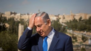 رئيس الوزراء بينيامين نتنياهو يقف في شرفة تطل على أسوار البلدة القديمة خلال زيارة لمركز تراث مناحيم بيغين في القدس، 14 مارس، 2016. (Yonatan Sindel/Flash90