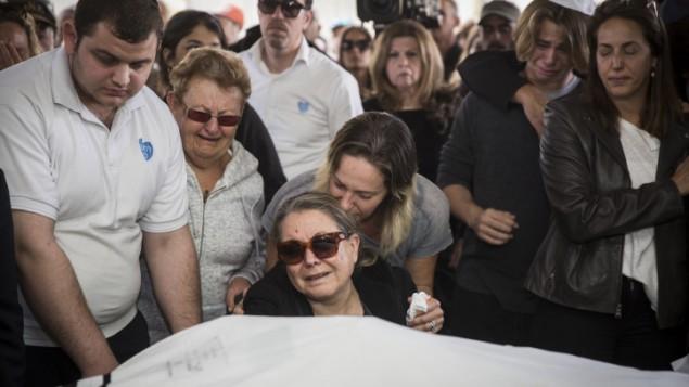 نيتساه غولدمان (في الوسط)، أُصيبت في هجوم إسطنبول، تبكي زوجها أفراهام غولدمان خلال جنازته في مقبرة في حولون، 21 مارس، 2016. وقُتل إسرائيليان آخران وأُصيب حوالي 11 إسرائيلي آخر في الإعتداء الإنتحاري الذي وقع في تركيا. (Hadas Parush/Flash90)