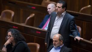 رئيس القائمة العربية المشتركة ايمن عودة خلال التصويت على مشروع قرار يمكن اعضاء كنيست من تعليق عضوية زملائهم، 28 مارس 2016 (Yonatan Sindel/Flash90)