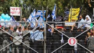 إسرائيليون يتظاهرون خارج محكمة عسكرية تضامنا مع جندي متهم بقتل منفذ هجوم فلسطيني مصاب، الثلاثاء، 29 مارس، 2016. (Flash90)