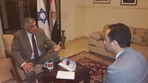 السفير الإسرائيلي لدى مصر حاييم كورين في حديث مع مراسل 'بي بي سي العربية' أكرم شعبان، 1 مارس، 2016، في صورة تم نشرها على صفحة السفارة الإسرائيلية على الفيسبوك. (Courtesy: Facebook)