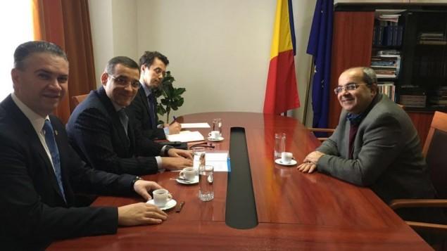 أحمد الطيبي، من اليمين، في لقاء مع نواب رومانيين في بوخارست، 24 مارس، 2016. (المتحدث بإسم القائمة المشتركة)