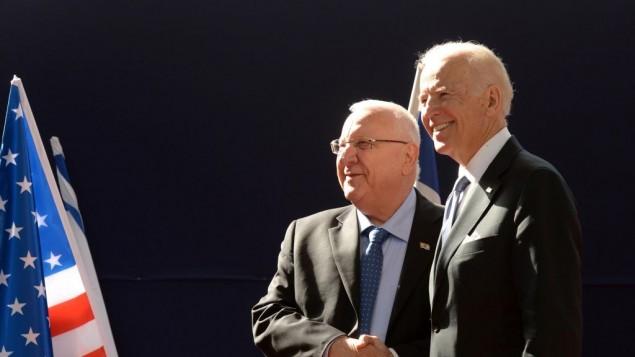 نائب الرئيس الأمريكي جو بايدن ورئيس الدولة الإسرائيلي رؤوفين ريفلين خلال لقاء في مقر إقامة رئيس الدولة في القدس، 9 مارس، 2016. (Mark Neyman/GPO)