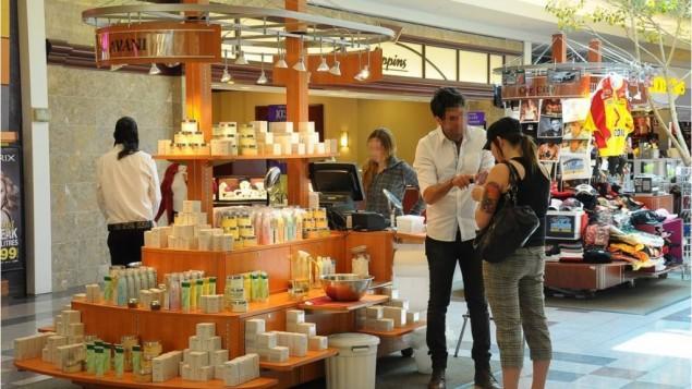 صورة توضيحية لعامل اسرائيلي يعرض منتجات تجميلية في مجمع تجاري امريكي (Creative Commons via JTA)