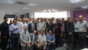 السفير البلجيكي السيد جون كورنت ديليسيوس، ومجموعة  BETA ومستثمرون وشركات رأس مال إستثماري ومبادرون في زيارة لمركز حاضنة الناصرة للأعمال، 12 مايو، 2015.  (Courtesy)