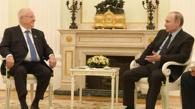 رئيس الدولة رؤوفين ريفلين (من اليسار) والرئيس الروسي فلاديمير بوتين يجتمعان في موسكو في 16 مارس، 2016. (Mark Neiman/GPO)