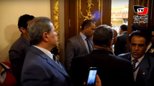 النائب توفيق عكاشة (من اليسار) يُمنع من دخول قاعة البرلمان المصري في 2 مارس، 2016. (لقطة شاشة : المصري اليوم)