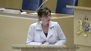 وزيرة التعاون الإنمائي الدولي السويدية إزيابيلا لوفين تتحدث أمام البرلمان في نقاش حول دعم ستوكهولم لرام الله، 4 مارس، 2016. (لقطة شاشة: YouTube)