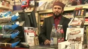 صاحب المتجر الذي قتل في اسكتلندا اسد شاه (Youtube screenshot)