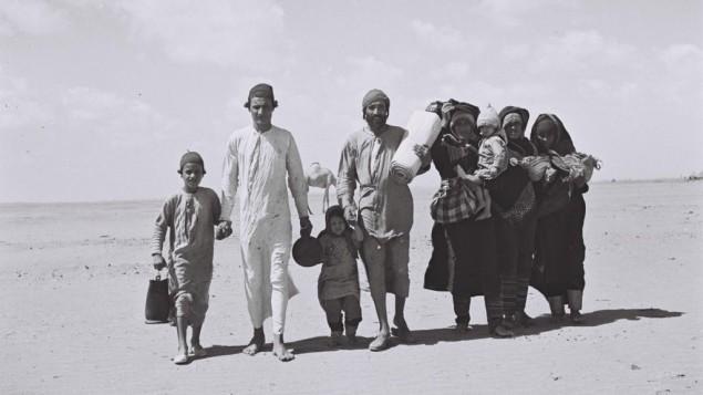 يهود يمنيون يسيرون باتجاه عدن، حيث يوجد مخيم استقبال، قبل هجرتهم الى اسرائيل، 1949 (Kluger Zoltan/Israeli National Photo Archive/public domain)