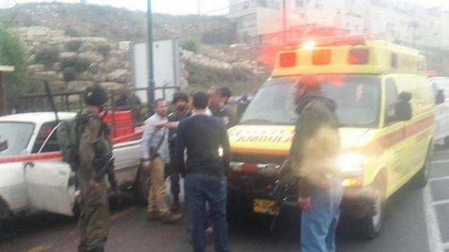 قوات الامن والاسعاف بعد هجومي دهس وإطلاق نار بالقرب من مستوطنة كريات أربع في الضفة الغربية  14 مارس 2014 (هاتسالاه)