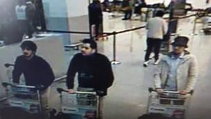 صورة شاشة من تصوير كاميرا مراقبة تظهر المشتبهين بتنفيذ التفجير في مطار بروكسل في 22 مارس 2016 (Twitter)