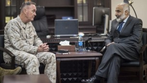 جوزيف دانفورد،  رئيس هيئة الأركان المشتركة للولايات المتحدة، ووزير الدفاع الأفغاني معصوم ستانيكزاي خلال لقاء في وزارة الدفاع في العاصمة الأفغانية كابول، 2 مارس، 2016. (D. Myles Cullen/Department of Defense)