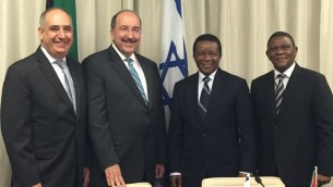 المدير العام لوزارة الخارجية الإسرائيلية، دوري غولد، ونظيره الجنوب أفريقي، جيري ماتجيلا. من اليسار، السفير الغسرائيلي لدى جنوب أفريقيا، أرثر لينك. من اليمين، سفير جنوب أفريقيا لدى إسرائيل،  سيسا نغومباني. (Israel MFA)